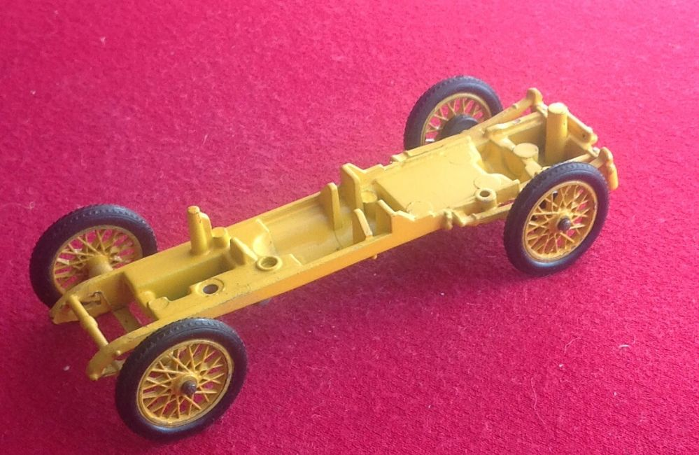 CORGI CLASSICS NO 9021 - Original - 1910 DAIMLER 38 ( Baseplate and Wheels )
